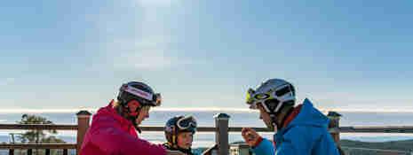 Familj som äter lunch på uteserveringen på Toppstugan