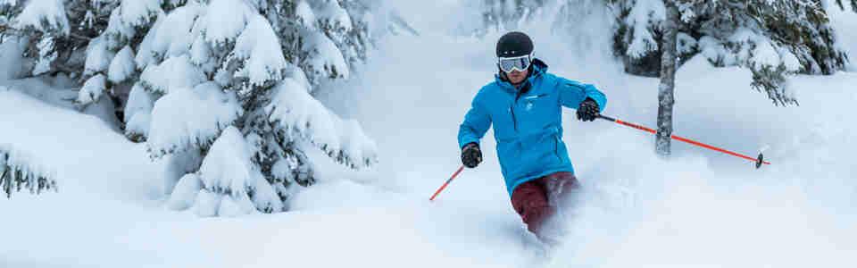 Skidlärare som åker slalom i offpistbacke